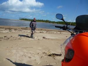 Do outra lado do rio Una, ao fundo, fica a Praia de Gravatá