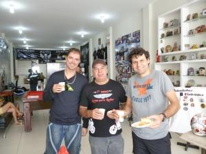 Os Three Amigos enchem a pança no café da manhão no Cowboys do Asfalto MC